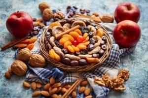 υγιεινά σνακ μήλο ξηροί καρποί αποξηραμένα φρούτα