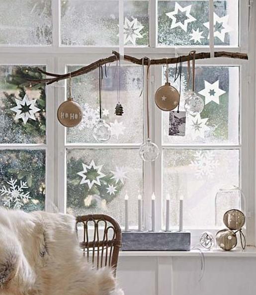 ζωγραφισμένα αστεράκια παράθυρο χριστουγεννιάτικη διακόσμηση μικρό σπίτι