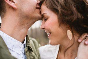 άντρας φιλάει γυναίκα στο μέτωπο