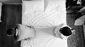 άντρας γυναίκα κάθονται άκρη κρεβατιού