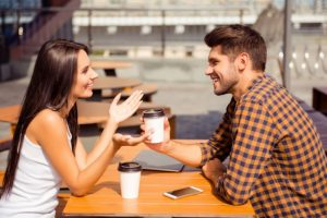 άντρας και γυναίκα σε ραντεβού για καφέ
