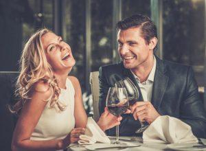 άντρας και γυναίκα ραντεβού σε εστιατόριο