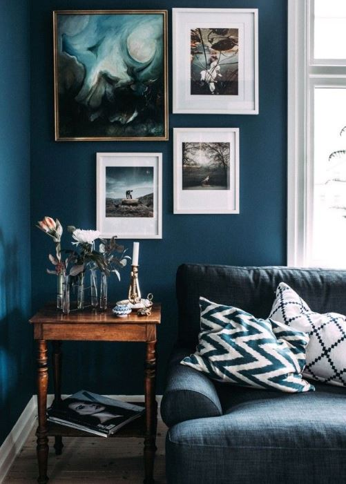 σαλόνι βαθύ μπλε τοίχος κάδρα