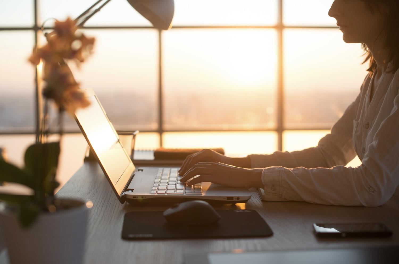 γυναικα εργαζεται στον υπολογιστη