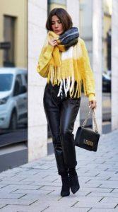 δερμάτινο παντελόνι κίτρινο κασκόλ