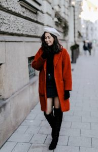 καλσόν δίχτυ με κόκκινο παλτό