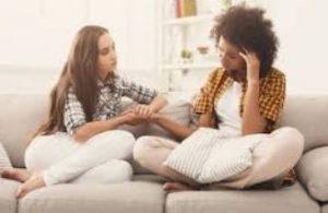 φίλες παρηγοριά καναπές