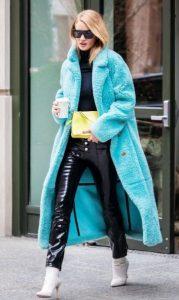 γαλάζιο παλτό βινύλ παντελόνι