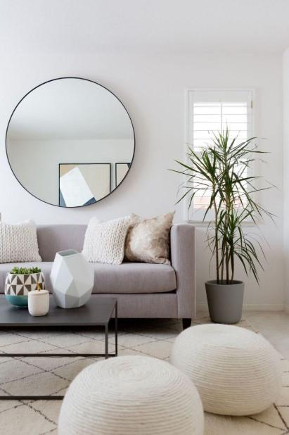 γκρι καναπές στρογγυλός καθρέπτης σαλόνι διακοσμήσεις σαλόνι τύχη