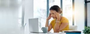 γυναίκα γραφείο πονοκέφαλος