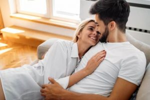 άντρας και γυναίκα αγκαλιά