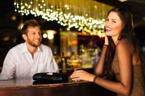 γυναίκας άντρας μιλάνε στο μπαρ