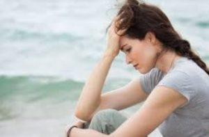 γυναίκα απογοητευμένη θάλασσα