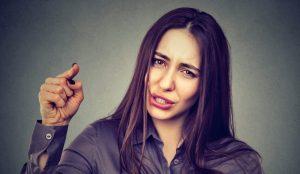 γυναίκα δείχνει με το δάχτυλο θυμωμένη