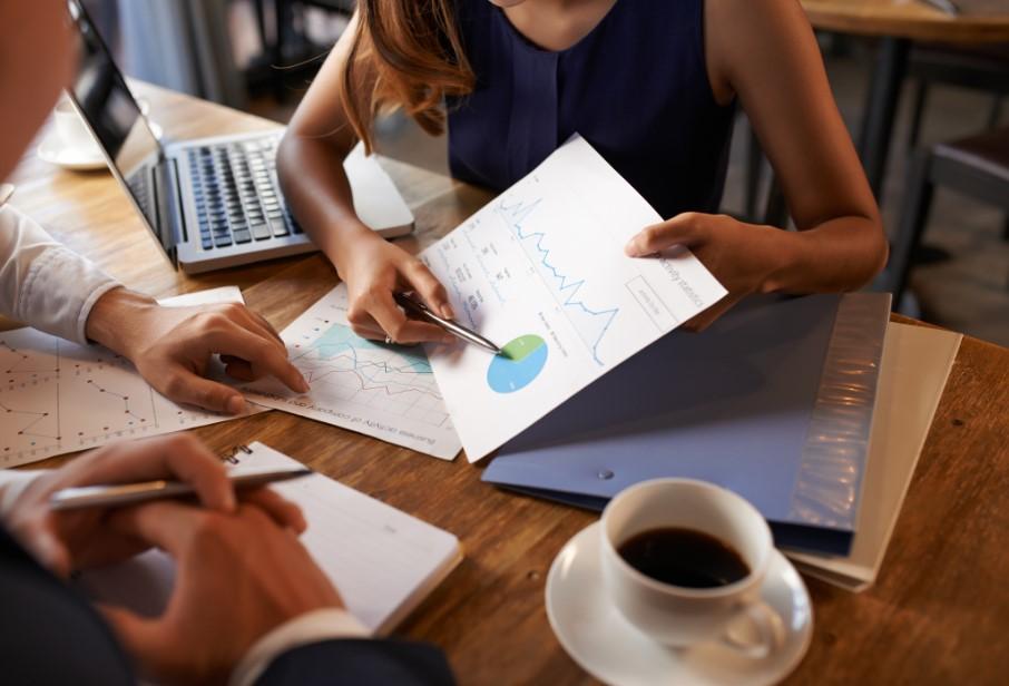γυναίκα δείχνει πίνακα με δεδομένα
