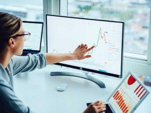 γυναίκα δουλεύει στον υπολογιστή επεξεργάζεται δεδομένα σεμινάρια analytics