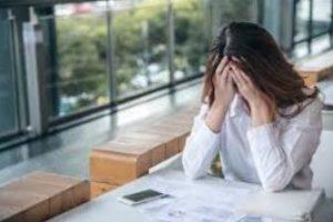 γυναίκα δυστυχισμένη στην εργασία της
