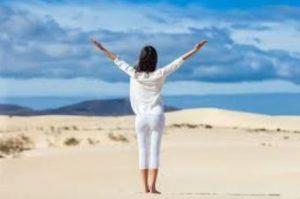 γυναίκα με λευκά ρούχα στην έρημο