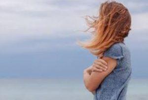 γυναίκα μόνη άνεμος