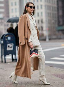 γυναίκα με καμηλό παλτό