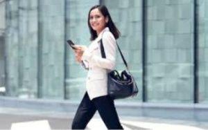 γυναίκα περπατάει με κινητό