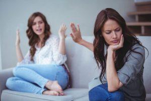 γυναίκα κάνει νόημα σε άλλη γυναίκα να σταματήσει τοξικοί άνθρωποι