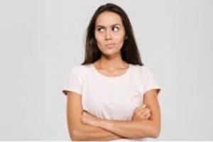 γυναίκα θυμωμένη με σταυρωμένα χέρια
