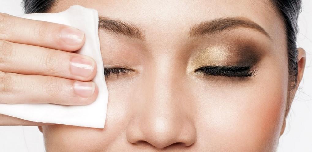 γυναίκα βγάζει το μακιγιάζ από τα μάτια