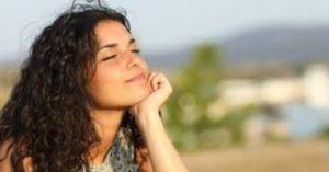 γυναίκα χαρούμενη χαμογελαστή ανέμελη