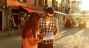γυναίκα ζητάει οδηγίες από άντρα στο δρόμο πως τον πλησιάσεις