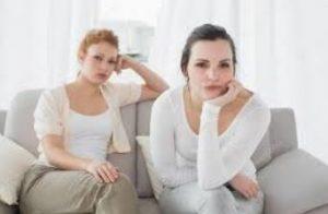 γυναίκες καυγάς θυμωμένες καναπές