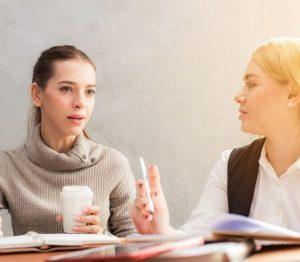 γυναίκες συζητούν πίνουν καφέ