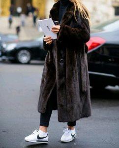 καφέ μακριά γούνα μοντέρνο ντύσιμο