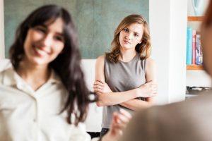 κοπέλα κοιτάει με ζήλια άλλη κοπέλα
