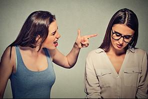 κοπέλα κουνάει δάχτυλο σε άλλη κοπέλα τοξικοί άνθρωποι