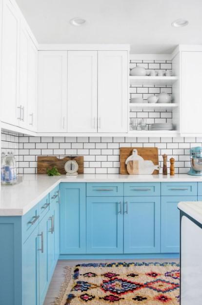 κουζίνα με γαλάζια ντουλάπια