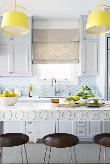 κουζίνα σε παλ χρώματα με κίτρινα φωτιστικά