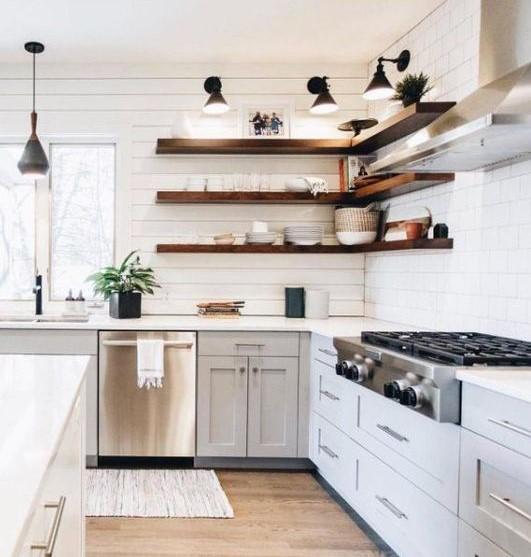 κουζίνα με ξύλινα ράφια