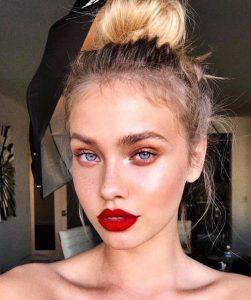 ξανθιά γυναίκα γαλάζια μάτια κόκκινα χείλη γυναικείο ντύσιμο άντρες ελκυστικά