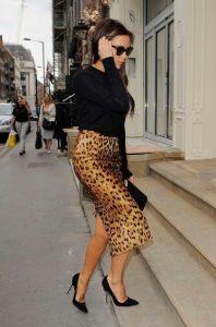 μαύρες ψηλοτάκουνες γόβες λεοπάρ φούστα