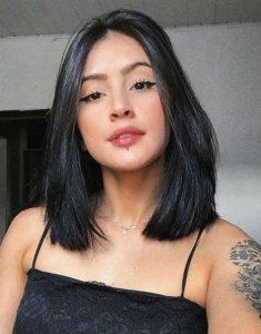 μαύρο μαλλί στο ύψος του ώμου
