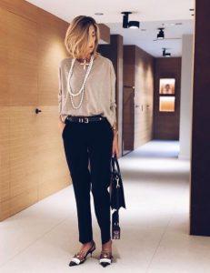 μαύρο παντελόνι μπεζ μπλούζα αξεσουάρ τσάντα κολιέ