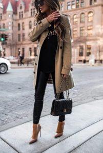 μπεζ καπαρντίνα μαύρη δερμάτινη τσάντα tips γυναίκες άνω 40