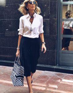 ώριμη γυναίκα πλισέ μαύρη φούστα tips γυναίκες άνω 40