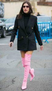 outfits με ροζ ψηλές μπότες