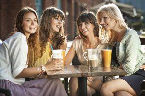 παρέα γυναικών σε καφέ