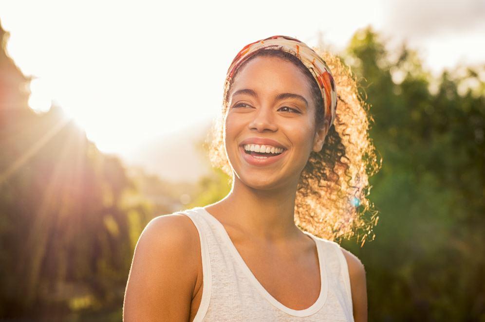πάρκο λιακάδα γυναίκα χαμογελάει