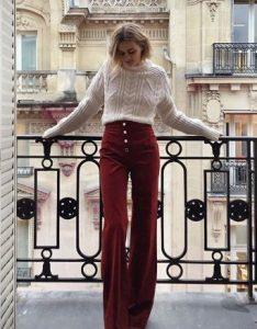 ψηλόμεσο μπορντό παντελόνι άσπρο πουλόβερ μοντέρνο ντύσιμο