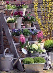 πως να διακοσμήσεις μια σκάλα στο μπαλκόνι με λουλούδια, πρακτικό