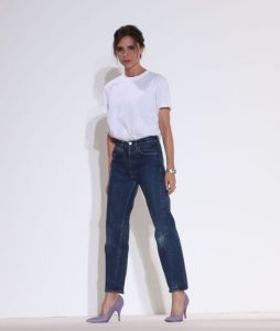 σκούρο τζιν παντελόνι γόβες άσπρο T-shirt tips γυναίκες άνω 40